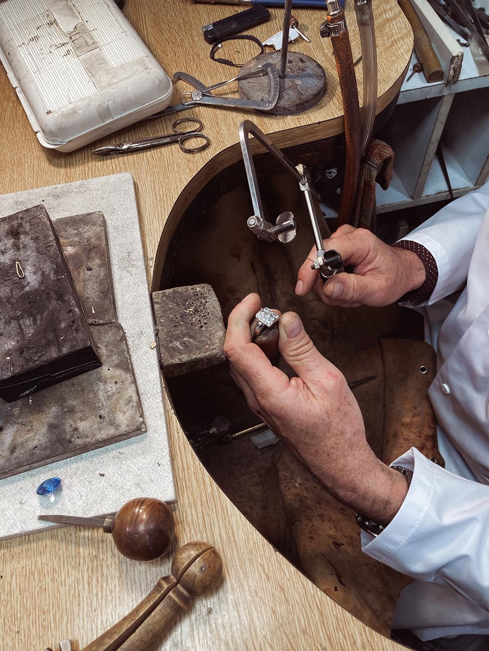Artisan qui travaille le bijou
